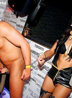 На вечеринке парни отперли во все щели пьяных телок - фото #