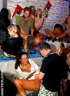 Публичный разврат на вечеринке с различными шалостями - фото #