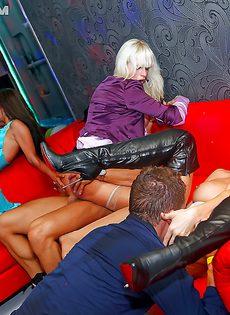 Страстные девахи на вечеринке полностью раскрепостились - фото #