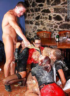 Откровенная групповая оргия с бешеными подружками - фото #7
