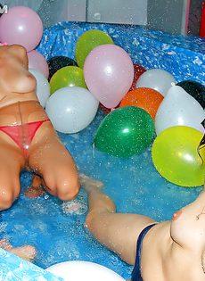Вечеринка с обнаженными сучками в самом разгаре - фото #