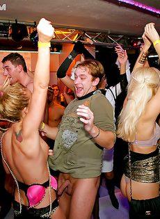 Развратные красавицы зажигают на этой вечеринке - фото #