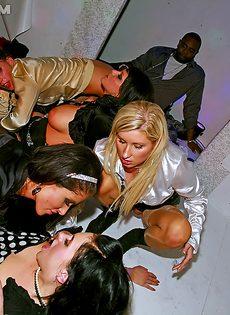 Парни трахнули незнакомых девушек в ночном заведении - фото #