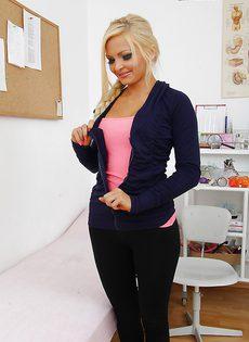 Элегантная блондинка в кабинете у гинеколога - фото #