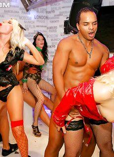 На вечеринке парни довели до оргазма молоденьких девушек - фото #3
