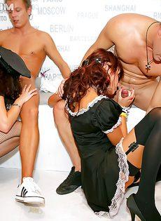 На вечеринке парни довели до оргазма молоденьких девушек - фото #11