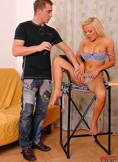 Смачно отсасывает большой пенис молодого пацана - фото #
