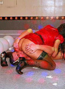 На секс вечеринке девахи удовлетворили незнакомых парней - фото #