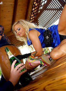 Откровенное порно с участием двух блондинистых шалав - фото #