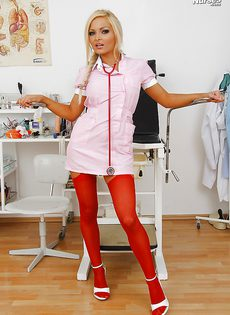 Медсестра в чулках вгоняет дилдо в мокрое влагалище - фото #