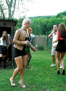 Толпа девушек накинулась на паренька на улице - фото #