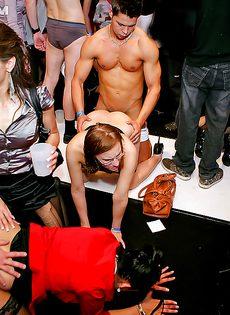 Групповое порно на вечеринке с доступными студентками - фото #