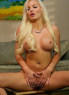 Сладенькая блондинка с красивой грудью устроила соло - фото #