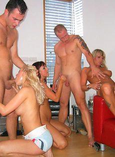 Домашняя групповая оргия с дешевыми проститутками - фото #12