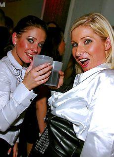 Пьяненькие девушки хорошенько отдохнули в клубе - фото #