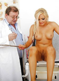 Сексуальная блондинка пришла на прием к гинекологу - фото #