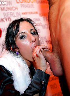 Горячие шлюшки в клубе сосут и сексом занимаются - фото #
