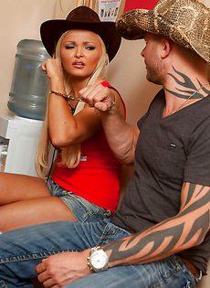 Блондинку в шляпе парнишка наяривает в анальную дырку - фото #2