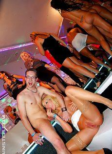 Парни трахнули незнакомок на секс вечеринке - фото #