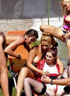Публичный групповой разврат с настоящими шлюшками - фото #