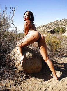 Африканская похотливая девушка развратничает на природе - фото #16