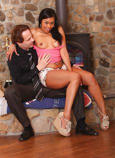 Минет в исполнении сексапильной смуглой девчонки - фото #