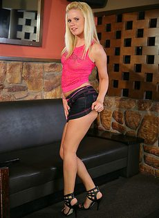 Соблазнительная блондинка в розовых трусиках - фото #