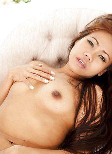 Соблазнительная азиатка устроила эротическую фото сессию - фото #