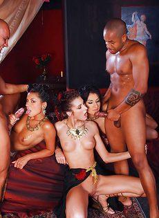 Групповое порно с очаровательными экзотическими девушками - фото #