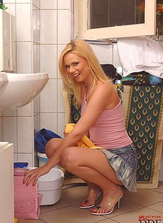 Сует горячий половой член в ротик блондинки - фото #