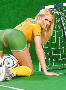 Блондинка Yasmine Gold позирует с футбольным мячом - фото #