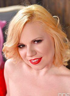 Сладострастная блондинка ласкает киску на кроватке - фото #