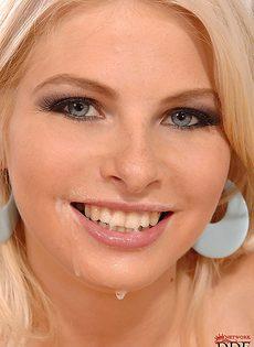 Стройная молодая блондинка занимается отсосом члена - фото #