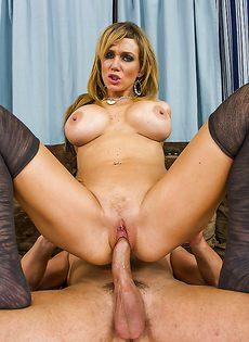 Паренек вставил пенис в бритую киску шикарной блондинки - фото #