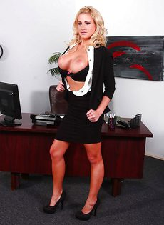 Секретарша с большой грудью в ожидании начальника - фото #