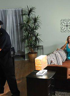 Женщина с большими сиськами балуется с двумя писюнами - фото #