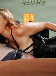 Красавица в эротическом черном наряде сосет член пацана - фото #