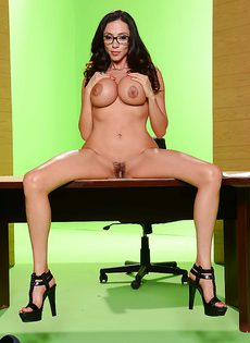 Деловая женщина с большими силиконовыми сиськами - фото #