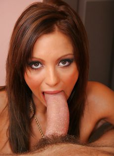 Заглотнула пульсирующий пенис в свой рабочий ротик - фото #