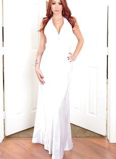 Рыжая потаскушка сняла белое платье и попозировала - фото #
