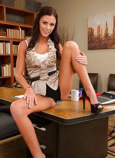 Молодой секретарше стало скучно на работе - фото #