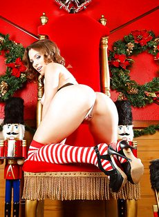 В преддверии Рождества сучка устроила откровенную фото сессию - фото #