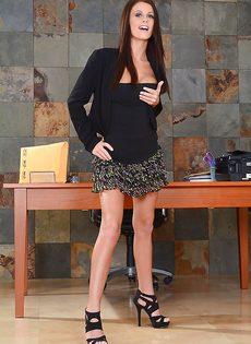 Худенькая красавица Whitney Westgate улеглась голой на стол - фото #