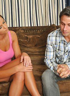 Милая брюнетка сидит на члене и громко стонет - фото #