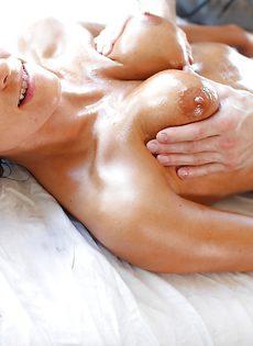Парень массирует намасленное тело сексапильной брюнетки - фото #
