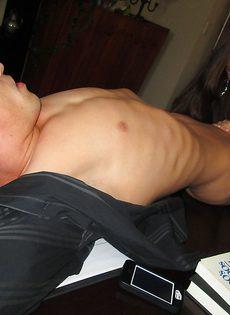 Сосет здоровенный половой член в домашних условиях - фото #4