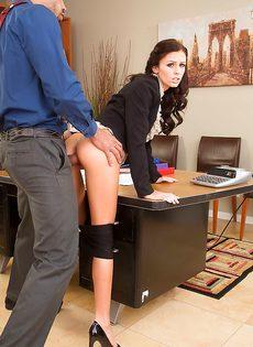 Перед сексом в офисе полизал бритую киску молодушки - фото #
