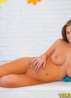 Милая брюнетка с красивыми сиськами большого размера - фото #