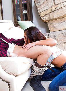 Распутная молодушка сидит на твердом члене и громко стонет - фото #2