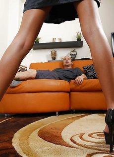 Красивая любительница подрочить член ножками - фото #